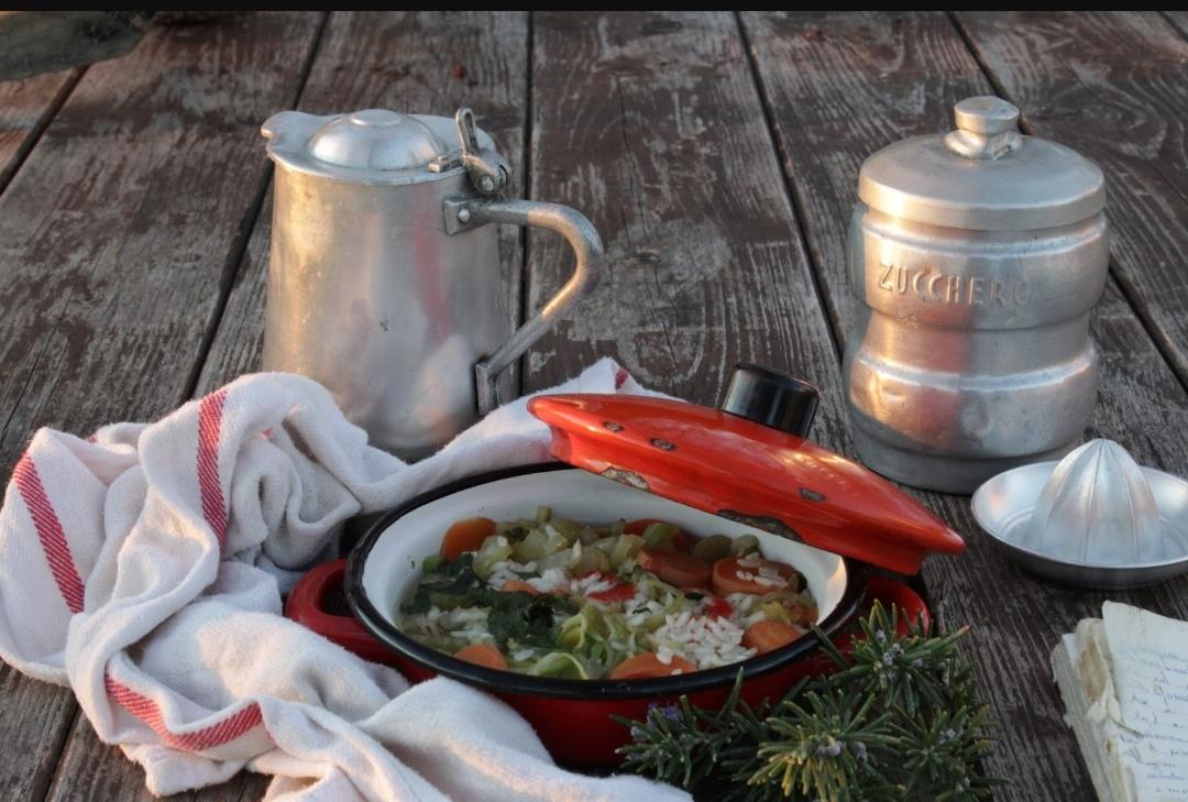 Pentolino rosso con risotto di verdure