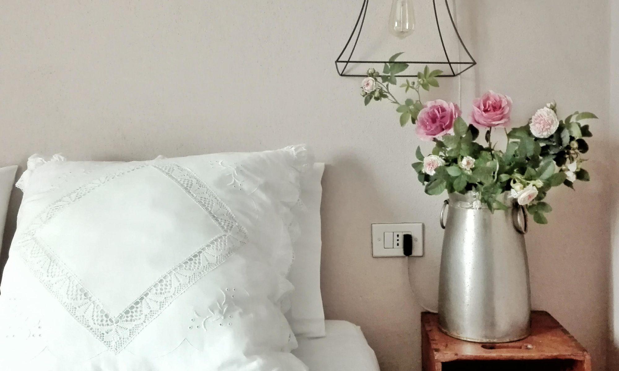 camera con fiori sul comodino
